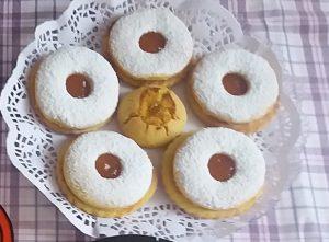 ciambelle e biscotti con pastafrolla